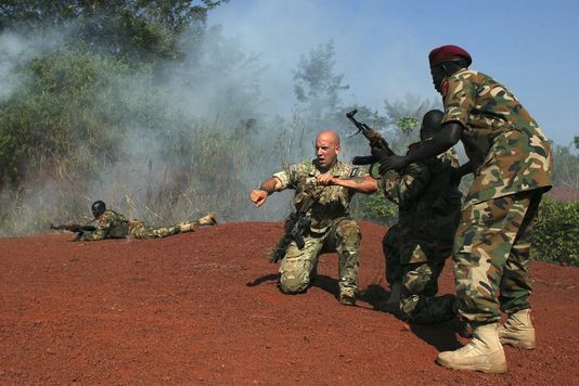 un-militaire-americain-formant-des-membres-de_e060bd1cd94759f6aa4e8fc847bc8eb3
